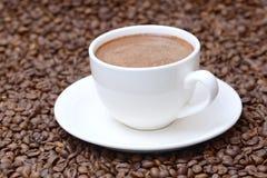 Чашка кофе на предпосылке кофейных зерен Стоковое Изображение RF
