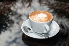Чашка кофе на предпосылке таблицы Стоковое Изображение RF