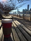 Чашка кофе на стенде с горизонтом на предпосылке Стоковое Фото