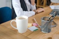 чашка кофе на столе в офисе Стоковое Фото