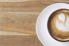 Чашка кофе на таблице стоковые фотографии rf