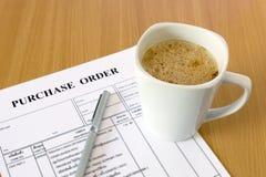 Чашка кофе на форме заказа на покупку Стоковые Фото