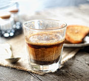 Чашка кофе, ложка чая на салфетке на серой деревянной предпосылке стоковые изображения rf