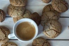 Чашка кофе, печенья, грецкий орех и шоколад на деревянной предпосылке Стоковое Фото