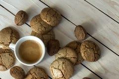 Чашка кофе, печенья, грецкий орех и шоколад на деревянной предпосылке Стоковые Фотографии RF