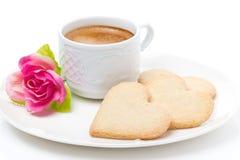 Чашка кофе, печенья и день валентинки цветка, конец-вверх Стоковые Фотографии RF