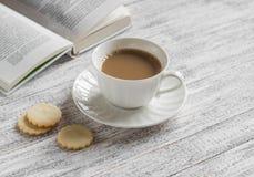 Чашка кофе, печенья и книга Стоковые Фотографии RF