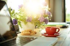 Чашка кофе, печенья и компьтер-книжка на деревянном столе Стоковая Фотография RF