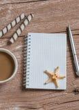 Чашка кофе, печенья и пустая открытая тетрадь на деревянном столе Взгляд сверху Стоковая Фотография RF