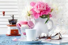 Чашка кофе, печенья и цветки на таблице Стоковое Изображение