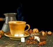 Чашка кофе, печенья, кофейные зерна и конец-вверх циннамона Стоковые Изображения RF
