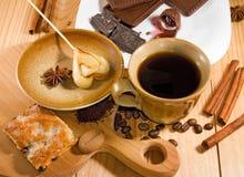 Чашка кофе, печенья, кофейные зерна и крупный план циннамона Стоковые Фотографии RF