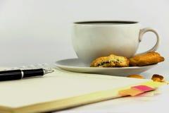 Чашка кофе, печенья, тетрадь и ручка Стоковые Изображения RF