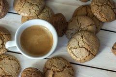 Чашка кофе, печенья macaroons и грецкий орех на деревянной предпосылке Стоковое Изображение RF