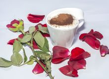 Чашка кофе, подняла, сердце, обручальное кольцо Стоковая Фотография RF