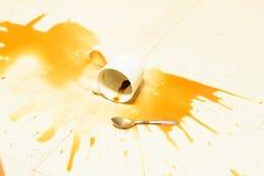 Чашка кофе понижается к земле стоковое изображение rf
