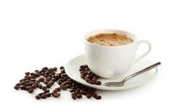 Чашка кофе при кофейные зерна изолированные на белизне Стоковые Изображения RF