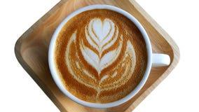 Чашка кофе при цветок сердца покрашенный на пене изолированной на белой предпосылке Стоковые Изображения RF