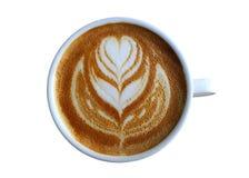 Чашка кофе при цветок сердца покрашенный на пене изолированной на белой предпосылке Стоковое Фото