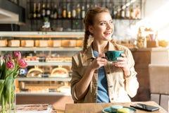 Чашка кофе счастливой женщины выпивая Стоковая Фотография