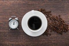 Чашка кофе с будильником Стоковые Изображения