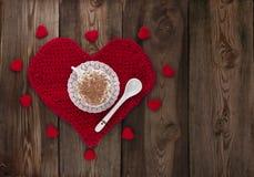 Чашка кофе с взбитой сливк на красном цвете связала сердце. Стоковые Фотографии RF