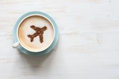 Чашка кофе с воздушными судн (самолет сделанный из циннамона) Стоковая Фотография RF