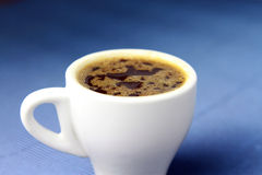 Чашка кофе с голубой предпосылкой Стоковые Изображения RF