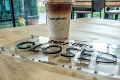 Чашка кофе с закрытым знаком Стоковая Фотография