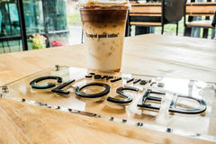 Чашка кофе с закрытым знаком Стоковое Изображение RF