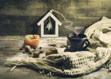 Чашка кофе с зернами, гайками, теплым шарфом Стоковое Фото