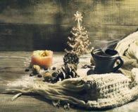 Чашка кофе с зернами, гайками, теплым шарфом Стоковое Изображение RF