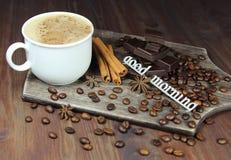 Чашка кофе с зернами, шоколадом, циннамоном, anisetree и надписью Стоковая Фотография RF
