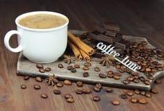 Чашка кофе с зернами, шоколадом, циннамоном, anisetree и надписью Стоковые Фотографии RF