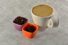 Чашка кофе с зерном молока и семени специй Стоковое Изображение RF