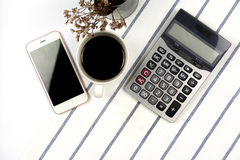 Чашка кофе с инструментами офиса и умным телефоном, взгляд сверху Стоковые Фотографии RF