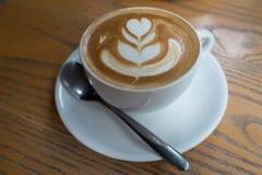 Чашка кофе с картиной сердца в белой чашке на деревянной задней части Стоковые Фото