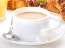 Чашка кофе с кубами молока и сахара на белизне Стоковые Фото