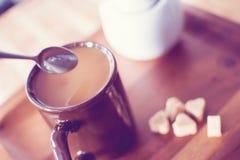 Чашка кофе с кубами сахара в перспективе формы сердца личной стоковое фото