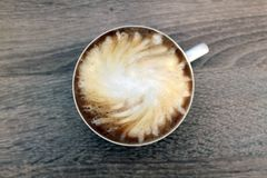 Чашка кофе с молоком Стильно завихрял стоковое фото
