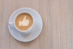 Чашка кофе с молоком, тростниковым сахаром и как знак на светлой предпосылке Взгляд сверху Стоковая Фотография