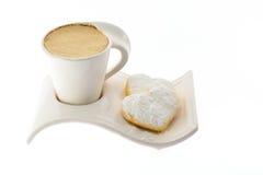 Чашка кофе с молоком на красивой стойке Стоковые Фотографии RF