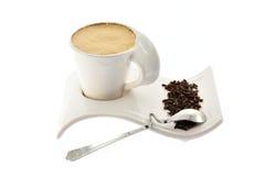 Чашка кофе с молоком на семенах и специях красивых зерна стойки Стоковое Фото