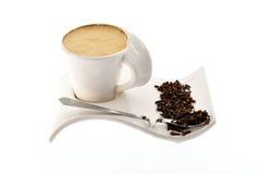 Чашка кофе с молоком на семенах и специях красивых зерна стойки Стоковая Фотография