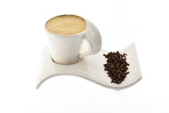 Чашка кофе с молоком на семенах и специях красивых зерна стойки Стоковая Фотография RF