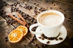 Чашка кофе с пеной, деревянной таблицей. Стоковое фото RF