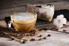 Чашка кофе с пеной и чизкейком молока Стоковое Фото
