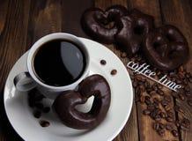 Чашка кофе с печеньями шоколада и временем кофе надписи Стоковые Фото