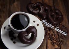 чашка кофе с печеньями шоколада и надписью пролом на кофе Стоковое фото RF