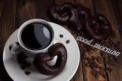 Чашка кофе с печеньями шоколада и добрым утром надписи Стоковые Фотографии RF